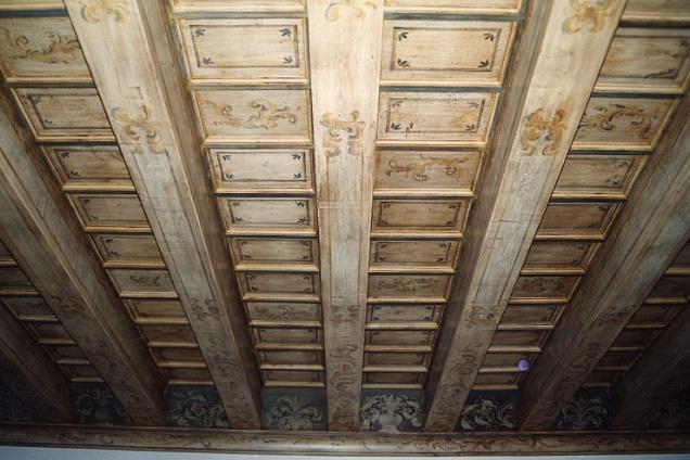 soffitto a cassettoni in legno dipinto a mano