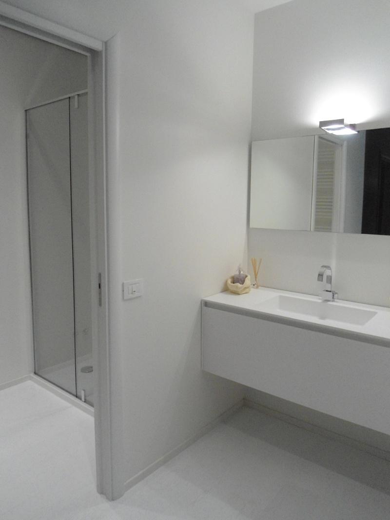 Mobile e doccia realizzati in nicchia, rivestimento in resina