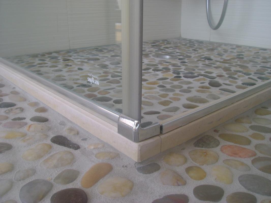 Piastrelle bagno trasparenti con sassi: tavolini soggiorno moderni