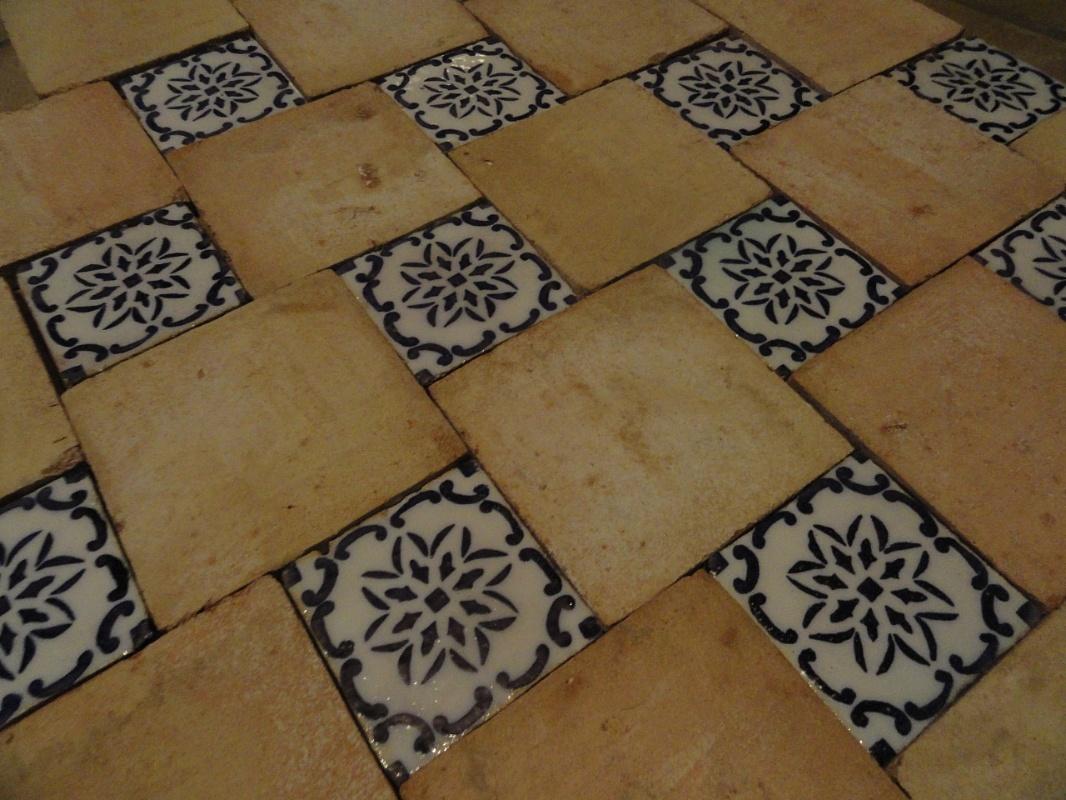 Fornace de marco pavimenti in cotto con inserimento di maioliche