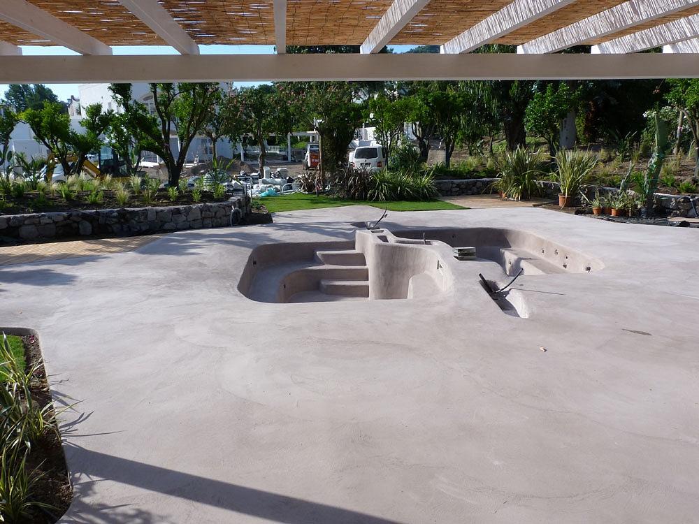 Pavimento moderno rivestimento per piscina in cemento armato - Piscine in cemento ...