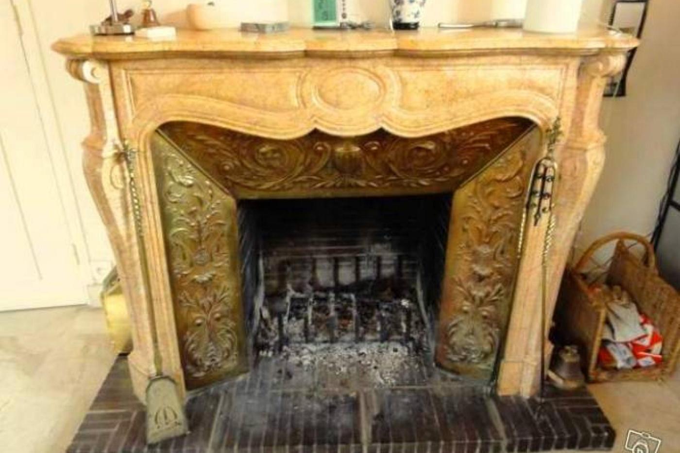 Caminetti antichi artis pompadour galbe 39 in marmo giallo for Camini antichi legno