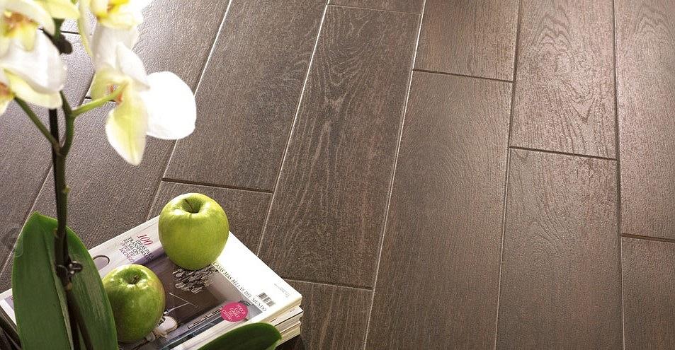 La mattonella pavimento effetto legno for Pavimento in legno interno
