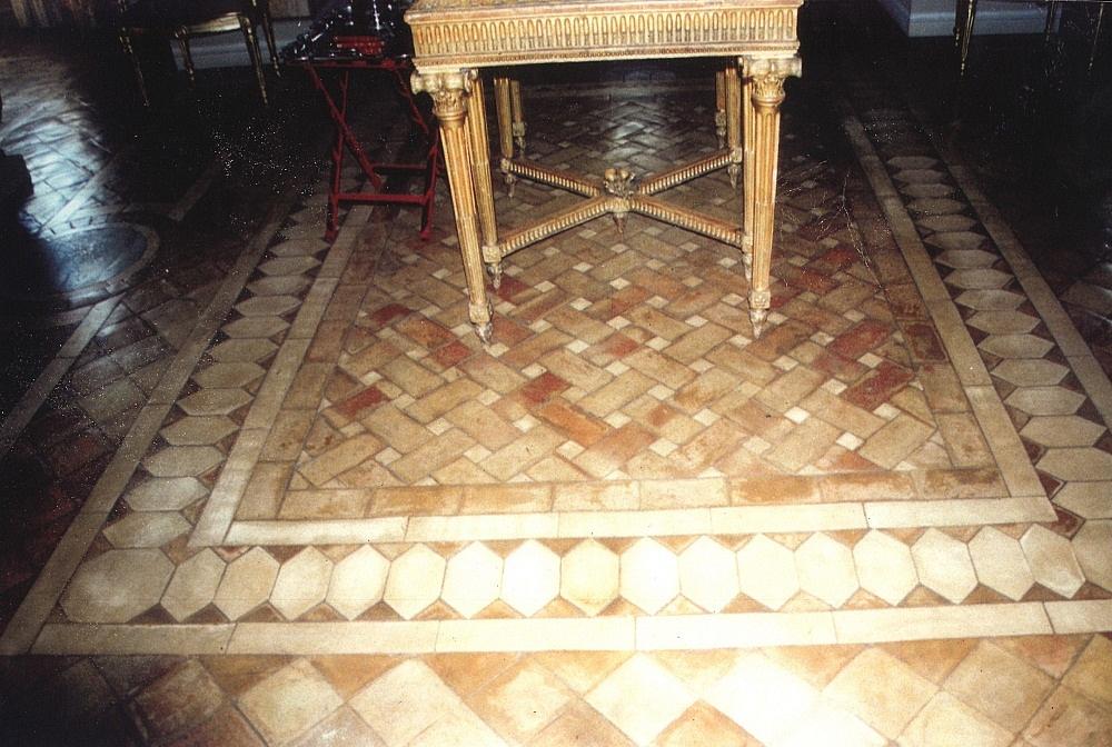 Pavimenti in cotto fatto a mano. Composizione a tappeto posta al ...
