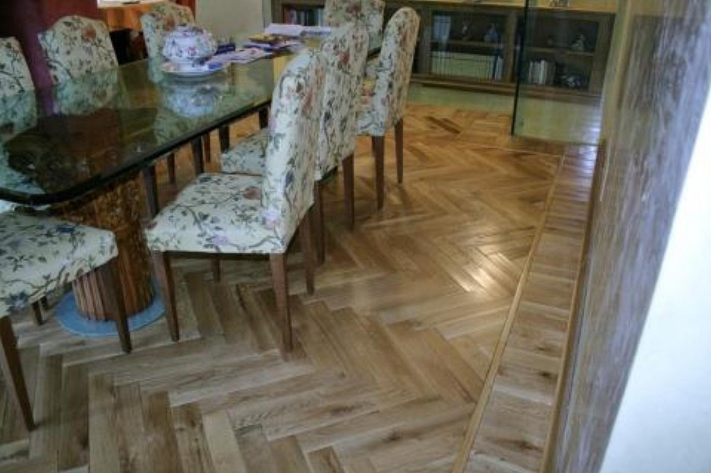 Sols interni di prestigio pavimenti in legno a spina for Pavimenti per salone