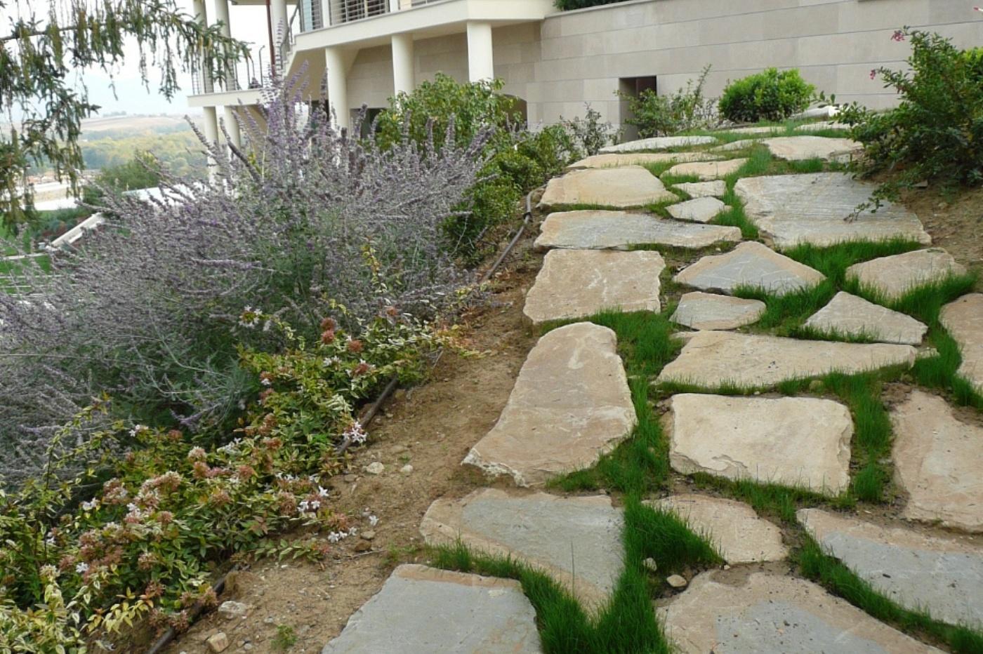 Giardino pietre frusta per impastare cemento for Pietre da giardino