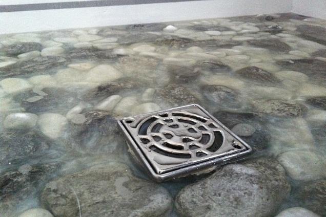Pavimenti in resina artistico - Piatto doccia sassi ...