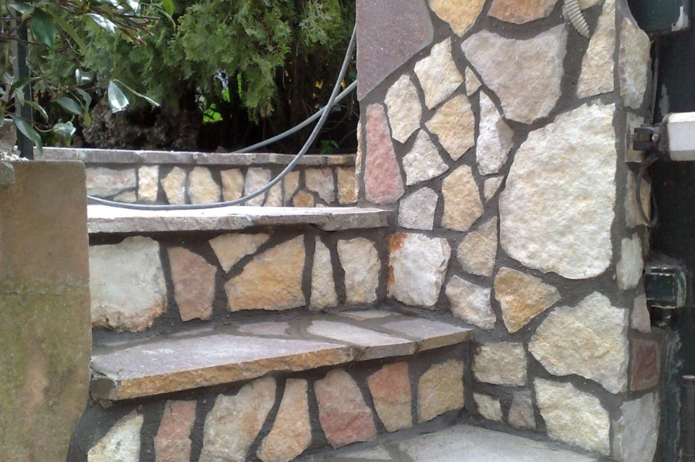 Castelli romani l 39 arte della pietra rivestimento in pietra - Rivestimento per esterno in pietra ...