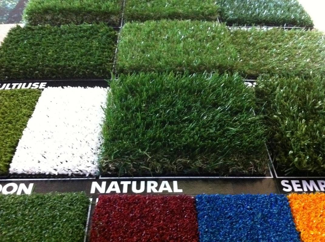 Arredamenti moquettes prato sintetico - Erba sintetica da giardino ...