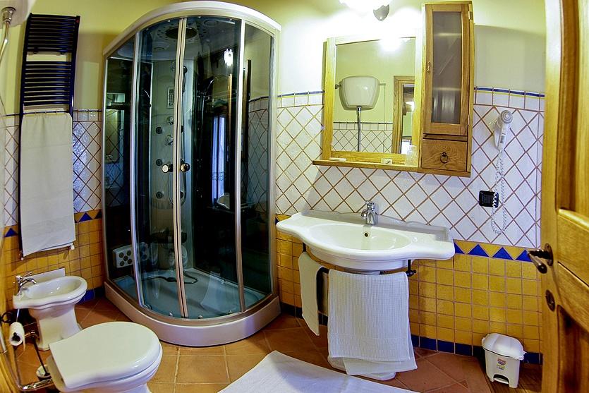 Bagno bianco e blu simple bagno moderno sospeso cipro with bagno bianco e blu mobile bagno - Bagno blu e bianco ...