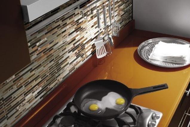 Rivestimenti cucina decorati a mano, fondo bianco e decori di colore