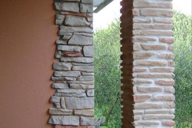 Pilastri in pietra ricostruita